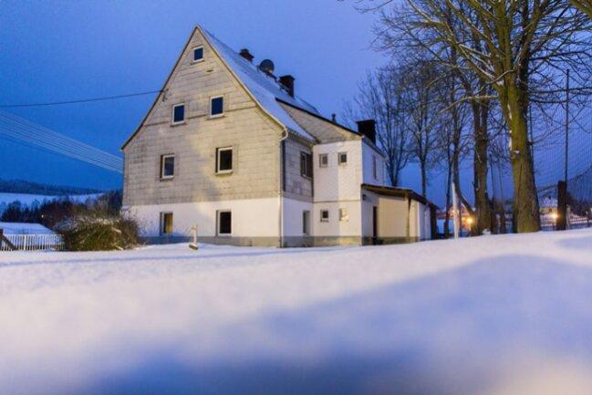 Ein altes Haus und alte Stasigeschichten: das künftige Asylbewerberheim im erzgebirgischen Neudorf. Mit einem anonymen Flugblatt wurde Stimmung gegen den künftigen Betreiber gemacht, eine Scheibe ging zu Bruch. Die Gemeinde reagierte: Jetzt soll ein Verein einspringen.