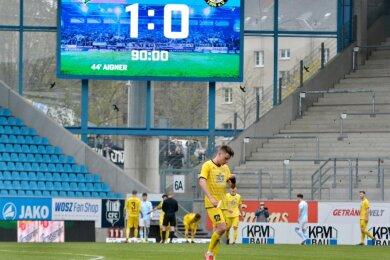 Mit hängenden Köpfen standen die Auerbacher Fußballer nach Abpfiff des Pokalspiels auf dem Chemnitzer Rasen. Sie hatten dem Favoriten bis zum Schluss Paroli geboten, blieben aber vor dem Tor zu harmlos.