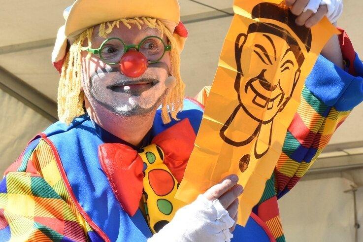 Das Musikfest in Bad Brambach lockte am Samstag viele Besucher ins Freibad, wo unter anderem Zauberclown Brandolino für Spaß und gute Laune sorgte.
