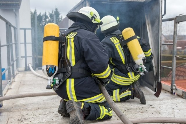 Gut 70 Feuerwehrleute haben am Wochenende in einem Container in Brand-Erbisdorf das Löschen eines Kellerbrandes geübt.