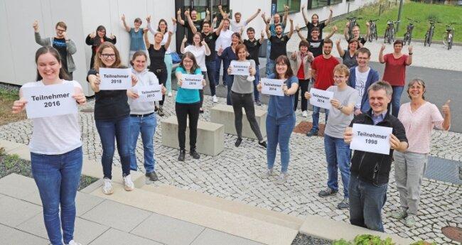 Gemeinsam mit ehemaligen Schülerkolleg-Absolventen freuen sich die Mitarbeiter der Fakultät für Chemie und Physik an der TU Bergakademie Freiberg auf die kommenden Jahrgänge.