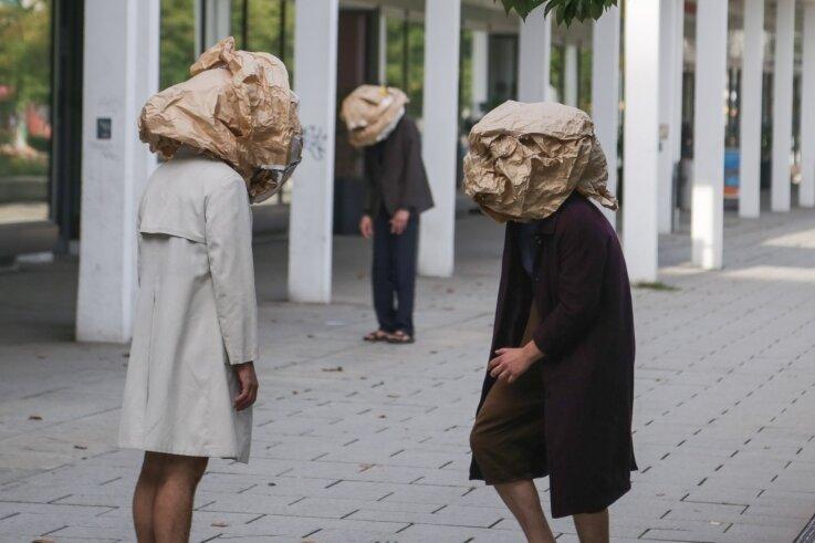 Suchen sie was? Oder wollen sie einfach nur irritieren? Gemeinsam mit dem Chemnitzer Verein Taupunkt führte das Künstlerkollektiv Theater Continuo aus Südböhmen am Montag eine Flashmob-ähnliche Performance auf dem Rosenhof auf.