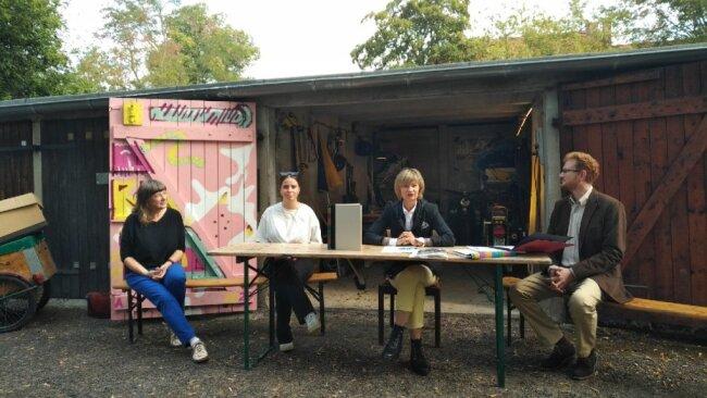 Cornelia Ahnert (Buchbinderin), Ulrike Schell (Gestalterin), Oberbürgermeisterin Barbara Ludwig und Chef der Bewerbung, Ferenc Csak präsentieren das Bid Book. (v.l.)