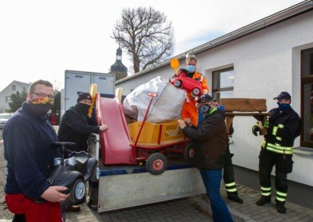 Vertreter der Feuerwehr, Gemeindearbeiter und Erzieher packten am Freitag beim Umzug der Kindertagesstätte mit an. Auch Bürgermeister Ulrich Sörgel war als Helfer vor Ort.