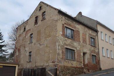 Die Außenansicht des jetzt zum Abriss vorgesehenen maroden Gebäudes Bergstraße 1.