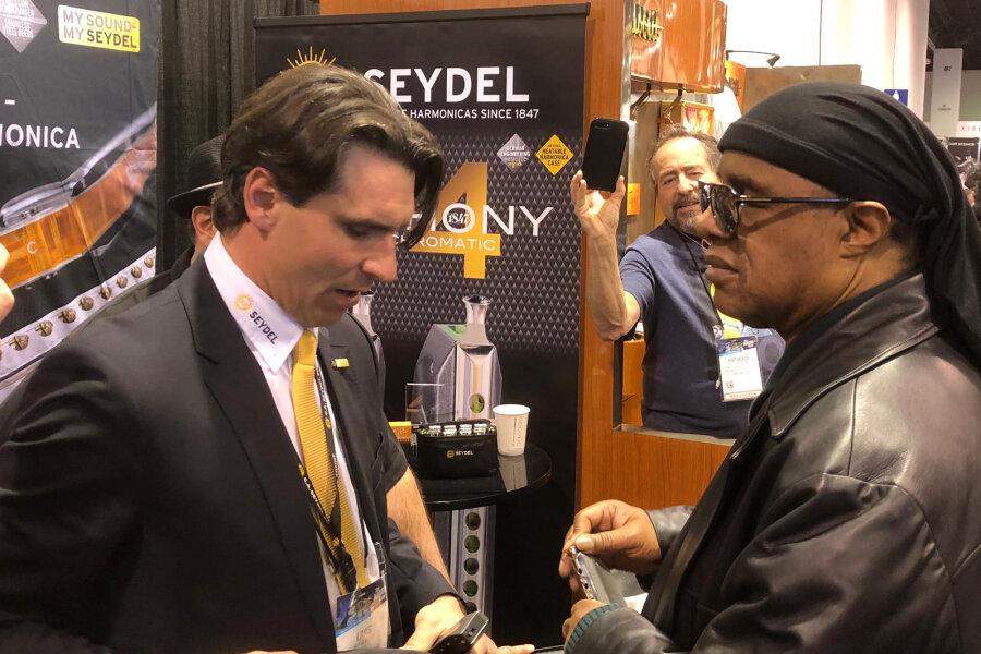 Stevie Wonder beehrt Klingenthaler Mundharmonika-Hersteller auf Messe