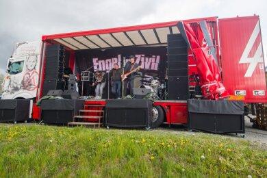 Ein Lkw als Bühne: Die Band Engel in Zivil und DJ Engel B. gaben in Annaberg-Buchholz am Freitag ein ungewöhnliches Konzert.