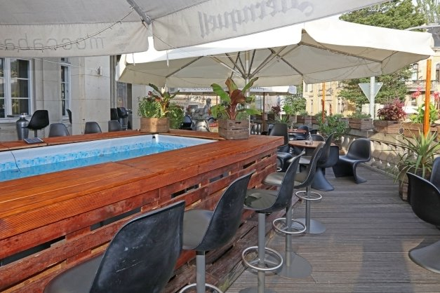 Auf der Terrasse der Moccabar soll Club-Feeling aufkommen. Der Platz reicht, um Abstände einzuhalten.
