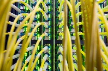 Glasfaserkabel sind wichtig für ein schnelles Internet. Unter anderem beim Thema Breitbandausbau gab es im Kreistag jetzt Kritik. Während der Landkreis für einige Kommunen den Breitbandausbau steuert, müssen andere wie Hainichen selbst viel Geld in die Hand nehmen.