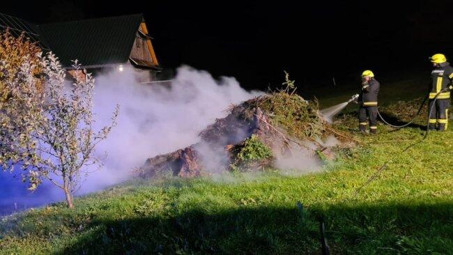 Feuerwehreinsatz am Dienstagabend in Zethau: Ein nicht angemeldetes Lagerfeuer brannte neben einer Scheune lichterloh. Die Feuerwehr löschte den brennenden Grünschnitt.
