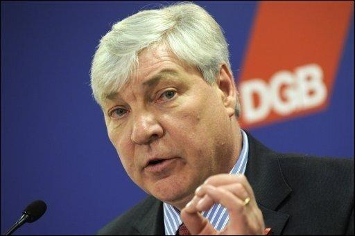 Nach der Abwahl der schwarz-gelben Koalition in Nordrhein-Westfalen hat der Chef des Deutschen Gewerkschaftsbundes (DGB), Michael Sommer, die Bundesregierung zu einem Kurswechsel aufgefordert.