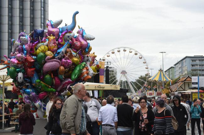Rummel auf der Brückenstraße - das Chemnitzer Stadtfest läuft seit Freitagabend. Bis Sonntag werden mehr als 200.000 Gäste erwartet.