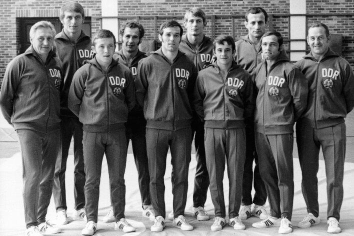 1972 stammte fast die Hälfte des DDR-Teams bei den Olympischen Spielen im griechisch-römischen Ringen aus dem Erzgebirge: Cheftrainer Fritz Schubert aus Gelenau (l.), Frank Hartmann aus Oelsnitz (6. v. l.), Bernd Drechsel aus Thalheim (7. v. l.) und Lothar Metz aus Auerbach (7. v. l.).