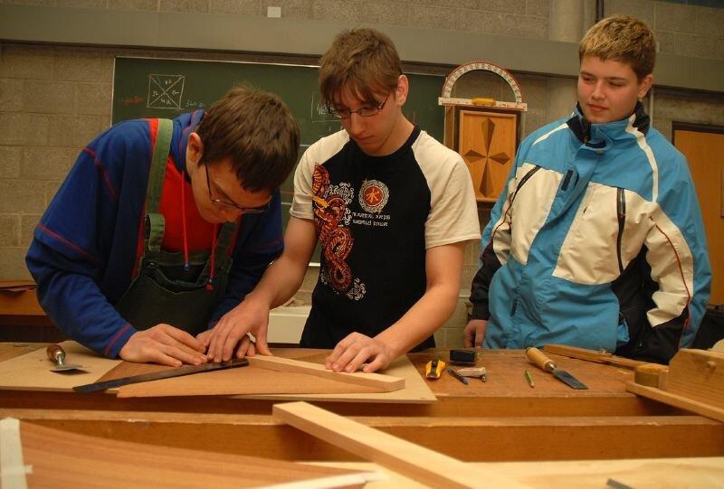 """<p class=""""artikelinhalt"""">Stephan Erler beobachtet, wie Tobias Siegel und Tommy Kircheis (v. r.) mit Furnierholz arbeiten. Der 15-Jährige aus Großhartmannsdorf interessiert sich für eine Lehre zum Tischler. </p>"""