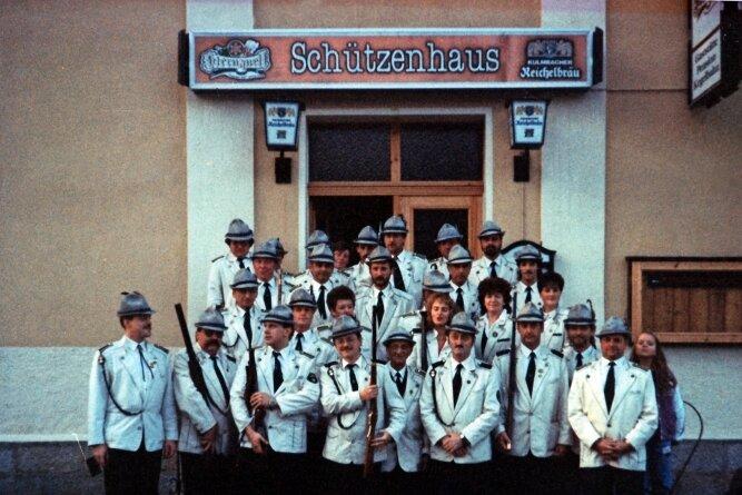 Der 1. Adorfer Schützenverein 1993, drei Jahre nach seiner Neugründung 1990 vor dem damaligen Adorfer Schützenhaus.