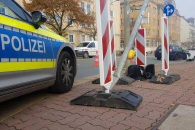 Ein Ford Mondeo ist in Plauen am Dienstagvormittag gegen 9.30 Uhr gegen eine Ampelanlage an der Kreuzung Friedensstraße/Neundorferstraße geprallt.