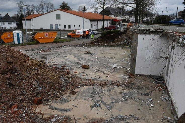 Der Penny-Markt an der Otto-Thörner-Straße in Adelsberg soll im Laufe des Jahres in einen Neubau umziehen. Am benachbarten früheren Standort des Autohauses Pichel (im Vordergrund) ist der Abriss erfolgt.