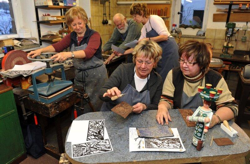Ilona Becker, Monika Hennig, Rieta Richter, Barbara Jähnichen (v. l.) kommen immer freitags in der Werkstatt von Günter Schwoboda, um sich künstlerisch zu betätigen.