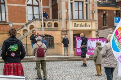 """Mit Spruchbändern wie """"Nazis raus aus den Köpfen"""", """"Working class heroes"""" (Helden der Arbeiterklasse, nach John-Lennon-Song) und """"Aufstehen gegen Rassismus"""" ist am 1. Mai die Kundgebung auf dem Stollberger Marktplatz begleitet worden."""