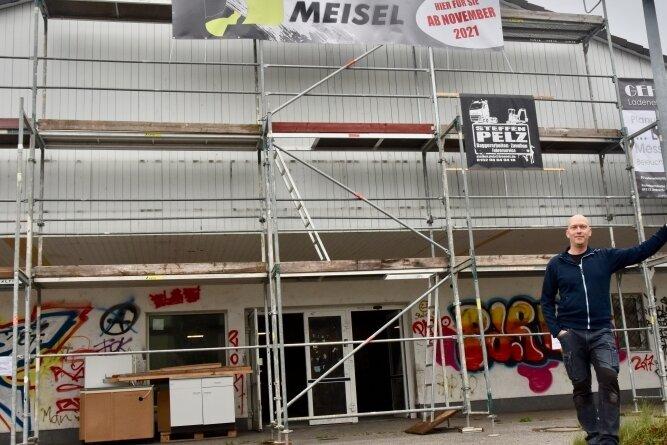 Steve Meisel vor seinem künftigen Domizil: Der frühere Plus-Einkaufsmarkt steht seit Jahren leer und ist von Vandalismus gezeichnet.