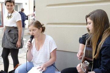 2017 spielten Hannah Gruschwitz (l.) und Luise Koch bei den Pop-up-Stores auf Reichenbachs Straßen. Nun treten viele in ihre Fußstap-fen.