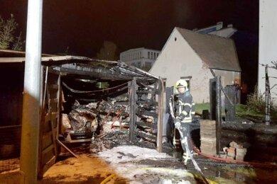 Als die Garage brannte, wurde auch der darin abgestellte Pkw durch die Flammen erheblich beschädigt.