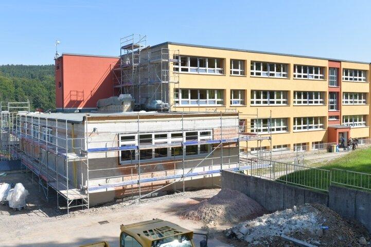 Noch ist der Anbau an der Rechenberger Oberschule nicht fertig. Nach einem Baustopp soll demnächst weitergearbeitet werden.
