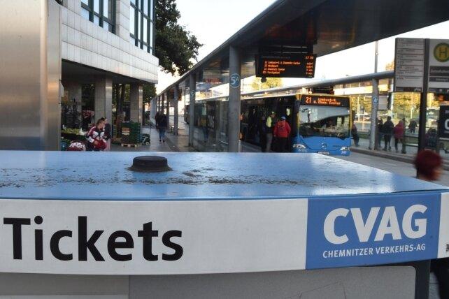 Der öffentliche Nahverkehr in Chemnitz gehörte laut Fahrpreis-Vergleichen in den vergangenen Jahren zu den preiswertesten in Deutschland. Die Einführung eines 365-Euro-Jahrestickets brächte Analysten zufolge nur etwa 1,2 bis 2,25 Prozent mehr Fahrgäste - bei deutlich höheren Ausgaben.