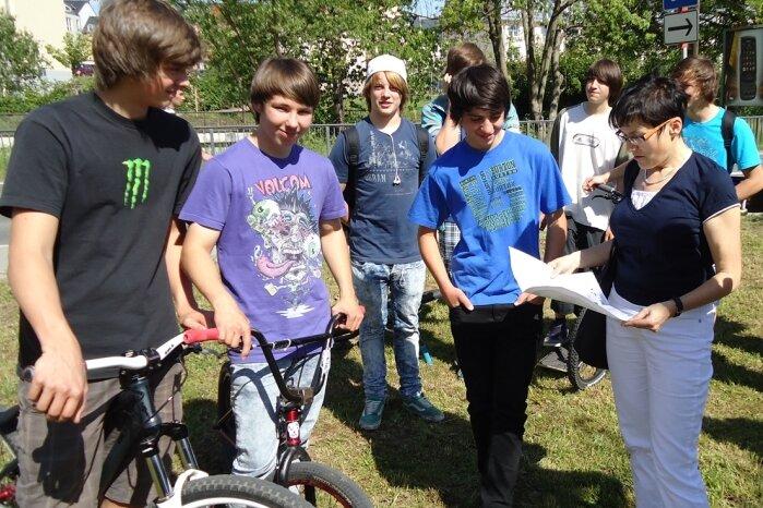 """<p class=""""artikelinhalt"""">Landschaftsarchitektin Silvia Staudte (rechts) bespricht mit den Jugendlichen auf dem geplanten Grundstück an der Uferstraße das Aussehen der Skateranlage. Dabei waren die Ideen der künftigen Nutzer gefragt. </p>"""