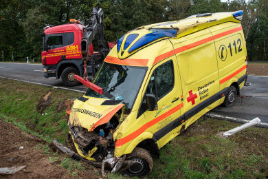 Ein Rettungswagen des DRK ist am Samstagnachmittag auf der B175 bei Rochlitz verunglückt.