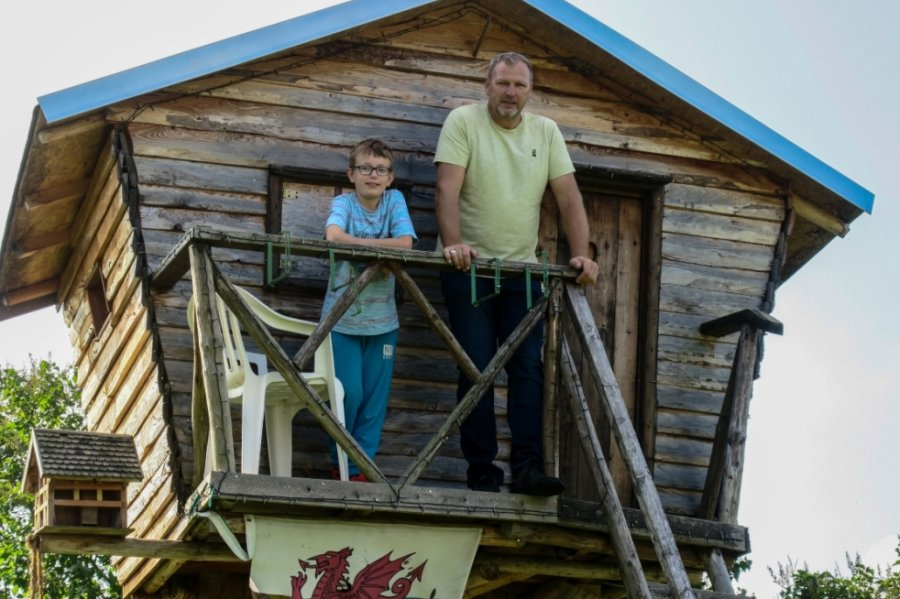Heiko Schubert hat vor vier Jahren ein Baumhaus auf seinem Grundstück in Wildbach erbaut. Zunächst nutzte es eine seiner Töchter, heute Enkel Jackson (mit auf dem Bild).
