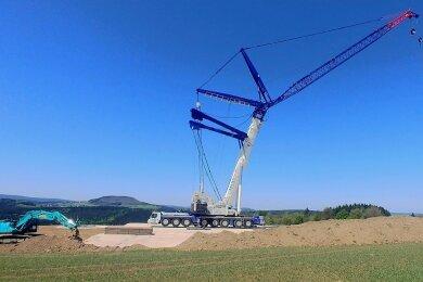 Im Windpark Jöhstadt steht seit dem Wochenende weithin sichtbar ein großer Kran. Damit ist alles vorbereitet für das Errichten einer neuen Windkraftanlage.