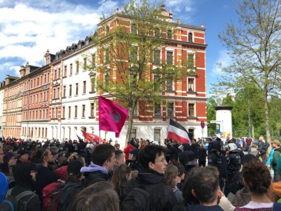 Demonstranten und Gegendemonstranten stehen sich an der Zieschestraße Ecke Rembrandstraße gegenüber.