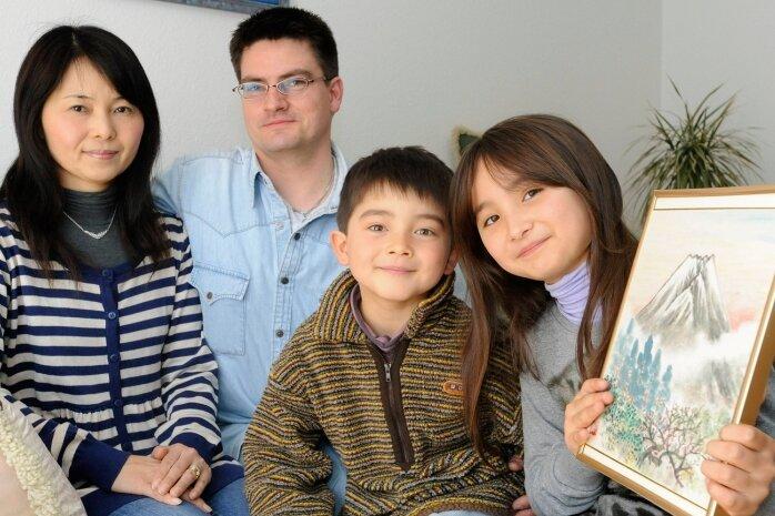 """<p class=""""artikelinhalt"""">Yukiyo und Olaf Masur mit ihren Kindern Ken Lukas und Miou, die in der Treuener Grundschule herzlich aufgenommen wurden.  </p>"""