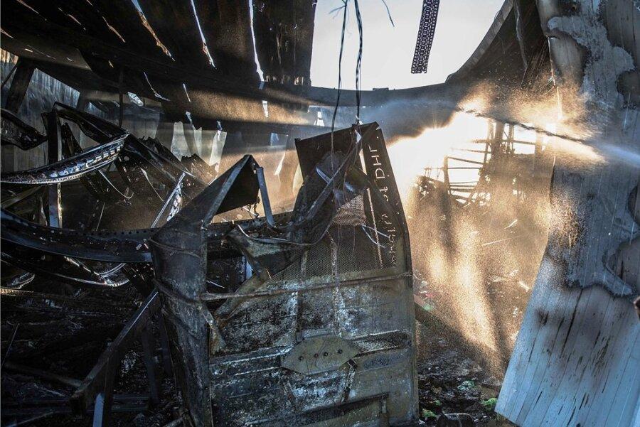Großbrand in Großschirma: Immer wieder tauchen Glutnester auf