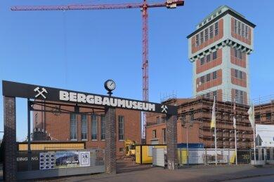 Im Bergbaumuseum in Oelsnitz laufen Umbau- und Sanierungsmaßnahmen - unter anderem ist auch mit der Fassadensanierung begonnen worden.