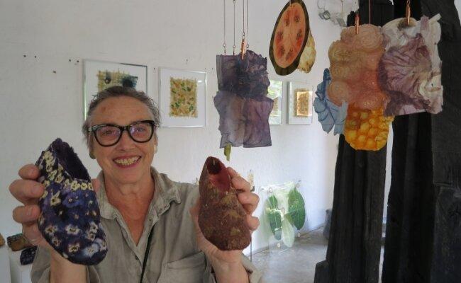 Christel Hochhaus, Künstlerin aus Schlüchtern in Hessen, beherrscht die Kunst, Gemüsepapyrus herzustellen ebenso wie winzige Schuhe aus Hornveilchen und getrockneten Erdbeeren.