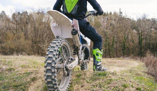 Der mögliche Täter soll auf einer Motocross-Maschine unterwegs gewesen sein. Hier ein Symbolbild, das Motorrad des möglichen Täters sowie dessen Kleidung hatten andere Farben.
