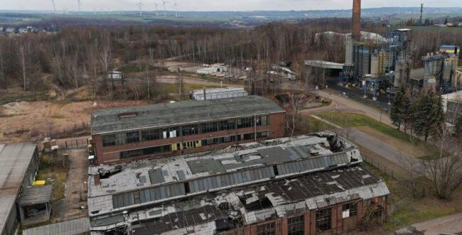 Das Areal hinter dem Bergbaumuseum in Oelsnitz gehörte einst zur ehemaligen Schachtanlage. Die Gebäude sind aktuell in Privatbesitz und seitens der Stadt Oelsnitz, die Interesse daran hegt, laufen Gespräche mit dem Eigentümer.
