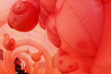 Aufklärung mal anders: Spaziergang durch ein riesengroßes Darmmodell mit Polypen.