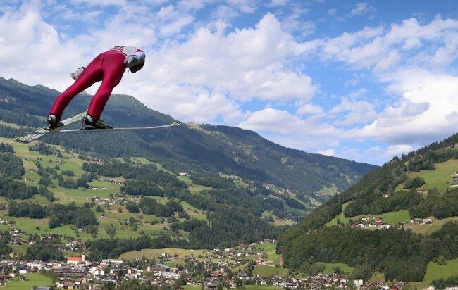 Kombinierer Eric Frenzel hat im Sommer an der Sprungtechnik gefeilt. Ab heute kommt es zum Weltcupauftakt für den Olympiasieger drauf an.
