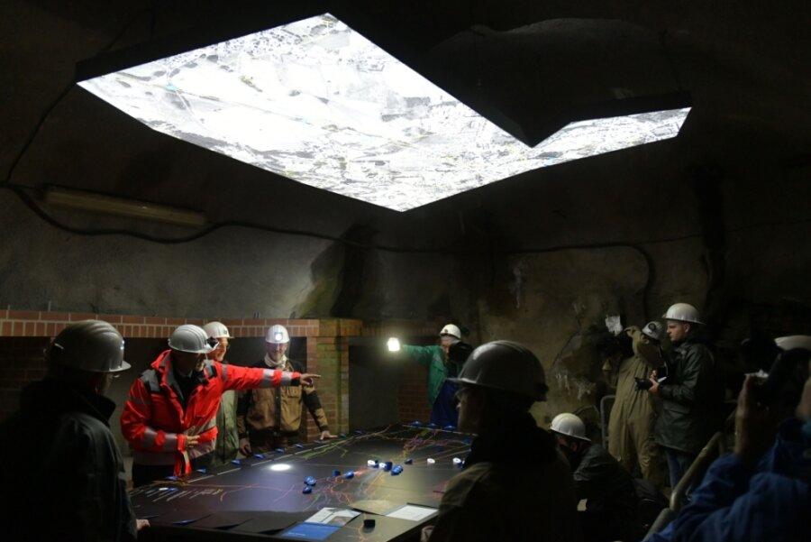 """Der """"Silber-Boom"""" im Besucherbergwerk Reiche Zeche erweist sich als Publikumsmagnet der Sächsischen Landesausstellung. Untertage wartet auch ein Forschungstisch auf die Besucher."""
