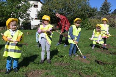 Aus jeder Gruppe des Zwergenhauses hat ein Kind zusammen mit Oberbürgermeister Marcel Schmidt (hinten) den ersten Spatenstich für den Neubau vollzogen.