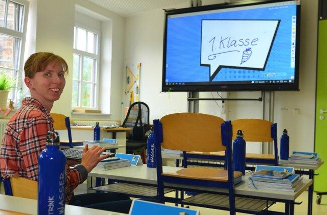 """Margret Weidner übernimmt an der Eduard-Feldner-Grundschule in Hainichen die Klasse 1d. Digitale Wandtafeln gibt es nun in jedem Klassenraum, die Schule ist damit """"kreidefrei""""."""