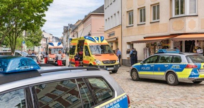 Nach der Messerattacke am 6. Juni 2017 waren Polizei und Rettungsdienst in der Auerbacher Innenstadt im Einsatz. Ein junger Afghane kam ins Krankenhaus, auch einer der Angreifer war leicht verletzt.