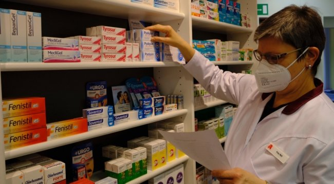 Katrin Reil von der Sonnenapotheke in Reichenbach prüft die Bestände. Wer außerhalb der Öffnungszeiten Medikamente benötigt, muss zur nächstgelegenen Notdienst-Apotheke fahren. Deren Verteilung wurde nun neu geregelt.