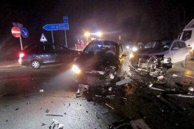 Zwei Verletzte und hoher Sachschaden sind die Bilanz eines Verkehrsunfalls von Dienstagmorgen an der B 173 beider Auffahrt zur A 93 im Landkreis Hof. Zwei Frauen wurden verletzt, darunter eine Plauenerin.