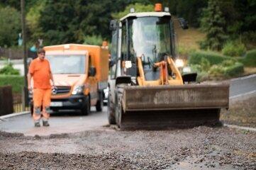 Sofort nach dem Unwetter am Montag hatten Mitarbeiter der Straßenmeisterei mit den Reinigungsarbeiten der Straße nahe dem Krummenhennersdorfer Berg in Dittmannsdorf begonnen.