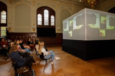 Die erste öffentliche Präsentation der Licht-Video-Projektion in der Mauersberger Aula hat das noch kleine Publikum begeistert.