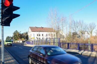 Autofahrer, die von der Autobahn kommen und Richtung Chemnitztal und umgekehrt fahren wollen, müssen sich auf Wartezeiten an einer Ampel in der Ortsdurchfahrt Oberlichtenau einstellen. Dort wird ein Anschluss für ein Haus verlegt. Anwohner sind verärgert.